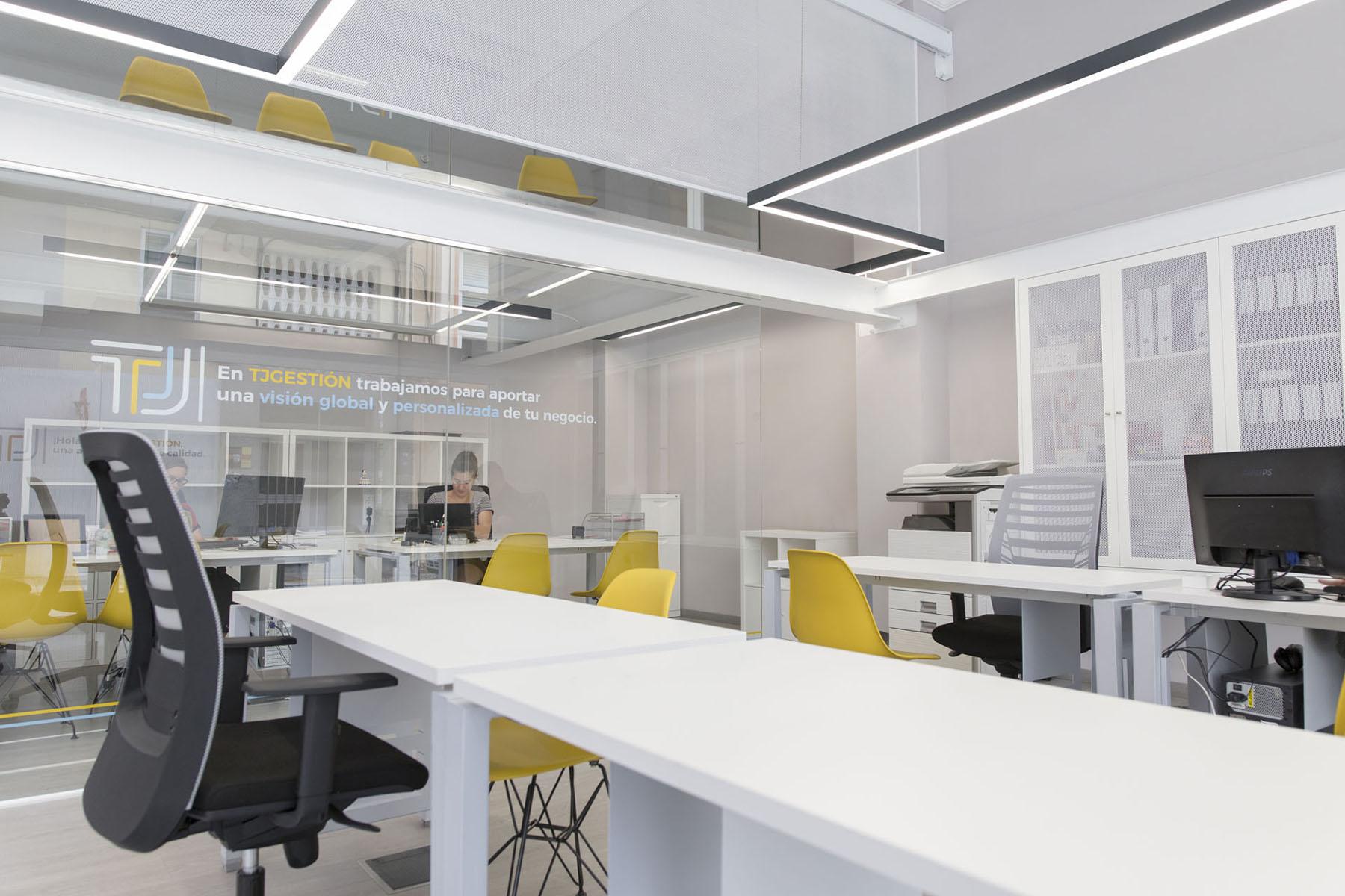 La chapa microperforada permite generar privacidad en la sala de reuniones